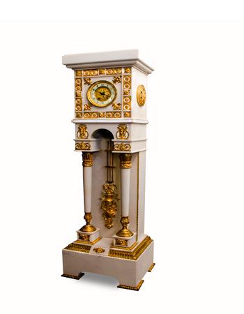 Reloj de pie francés en mármol con monturas de bronce del siglo XIX