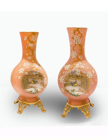 Par de jarrones de opalina rosa con montura de bronce