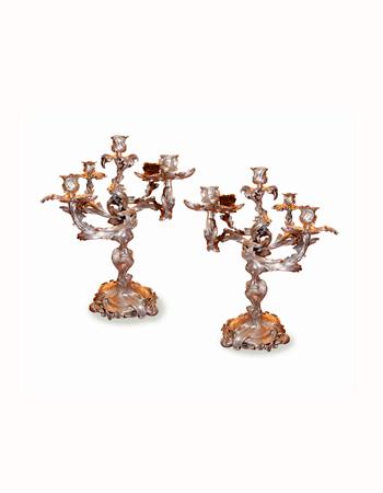Par de candelabros en bronce de estilo Louis XV