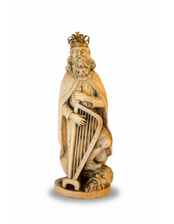 Curioso y antiguo marfil de origen europeo representando al rey David con su corona