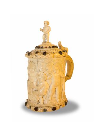 Tankard en marfil de origen europeo del siglo XIX con incrustaciones de piedras