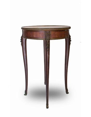 Fina mesa francesa de estilo Louis XV con monturas de bronce